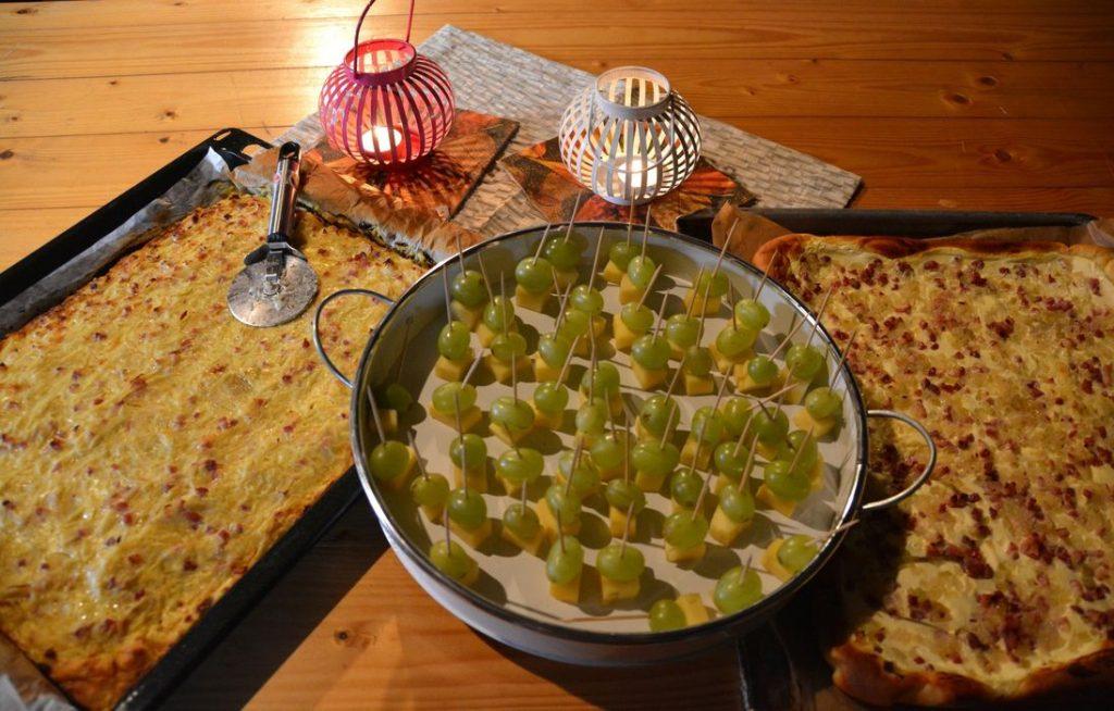 Zwiebelkuchen und Käsehäppchen